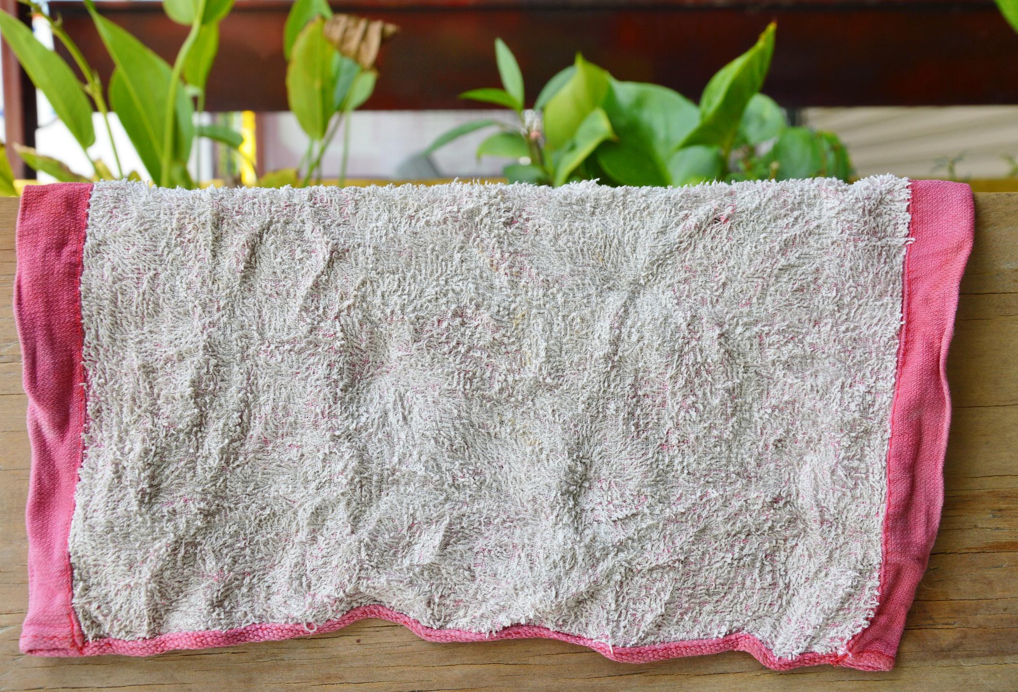 Старите парцали и кърпи. Не само, че са гореща точка за бактерии, те загрозяват пространството ви.