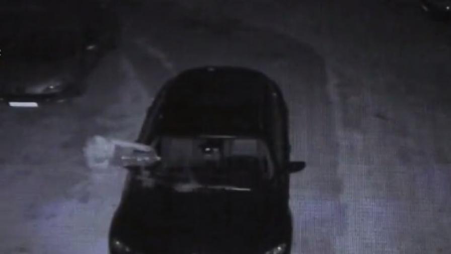 """<p style=""""margin-bottom: 0cm"""">Подпалвач спокойно драсва клечката, колата изгаря за минути</p>"""