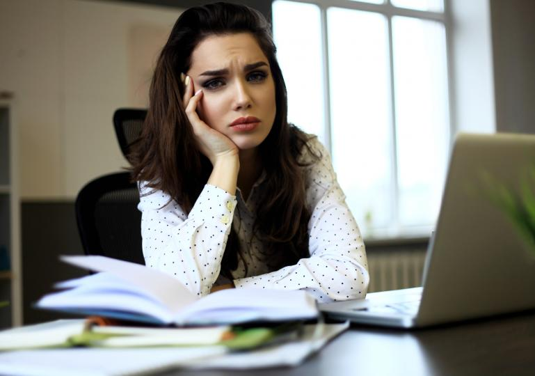 <p><strong>1. Незавършени, недоведени докрай дела</strong></p>  <p>Всеки път, когато се захванеш с някаква работа, когато започнеш нещо, но не го доведеш докрай, се губят напразно не само материални ресурси. В психиката, като в компютър, остава да виси незатворен процес, който не се осъзнава, но през цялото време поглъща внимание и сили. Към това спада: да дадеш обещание и да не го изпълниш, да имаш дългове, да се натовариш свръх силите си.</p>