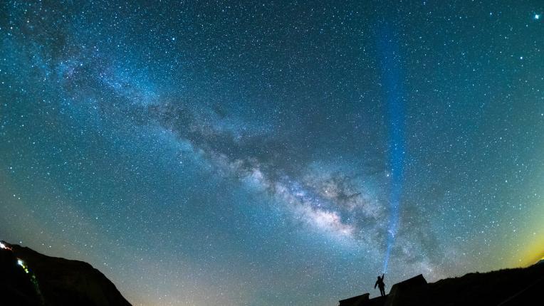 Какво да очакаваме от Цветната Супер Луна и зашеметяващия поток от падащи звезди
