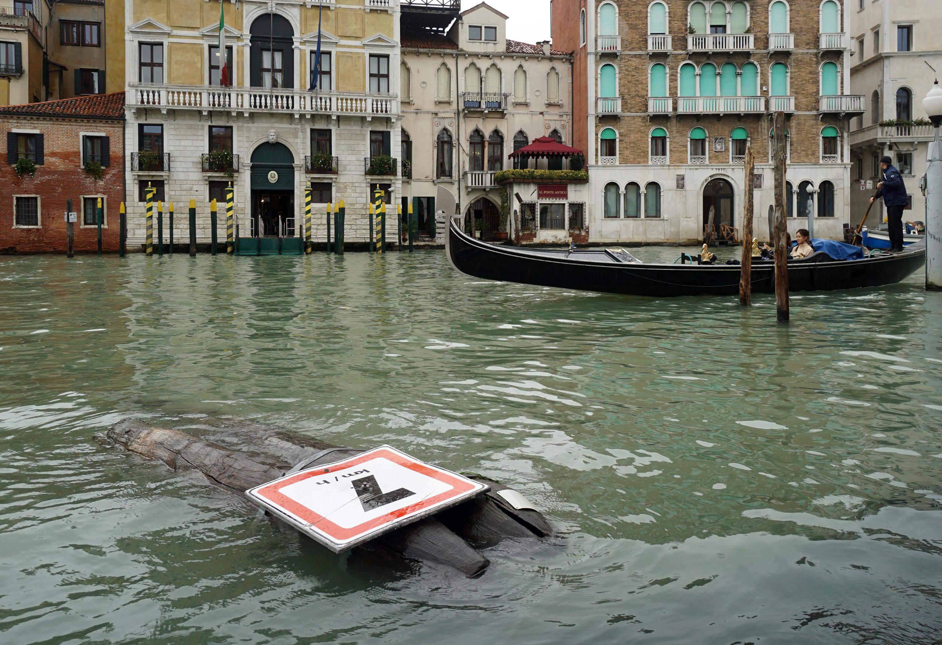 """Дванадесет души загинаха в Италия заради лошото време, обхванало целия полуостров от няколко дни. 75% от Венеция беше залята от приливна вълна. Нивото на водата на емблематичния за града площад """"Сан Марко"""" достигна рекордните 156 см."""