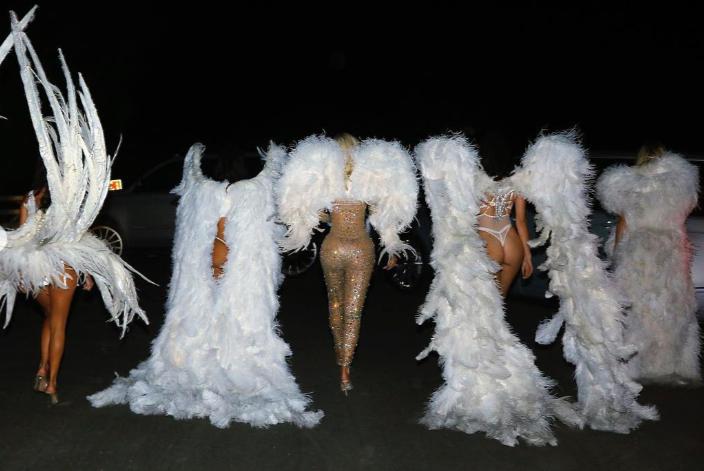 """Ах, тези Кардашиян. Популярните сестри за пореден път успяха да са в центъра на вниманието. Ким, Клои и Кортни Кардашиян и полусестрите им Кайли и Кендъл Дженър пуснаха кадри от съвместната си фотосесия, от които се вижда, че момичетата са новите ангели на Victoria's Secret. Или поне това са образите, в които популярните риалити звезди избраха да се превъплътят за """"Деня на Вси светии"""". Кардашиян и Дженър позират по бельо и с големи ангелски крила."""