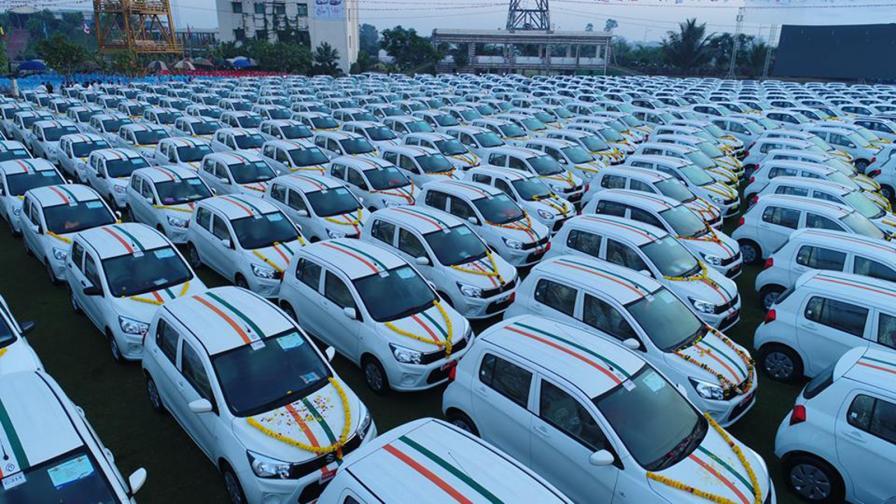<p>Шеф подари 600 коли на служителите си</p>