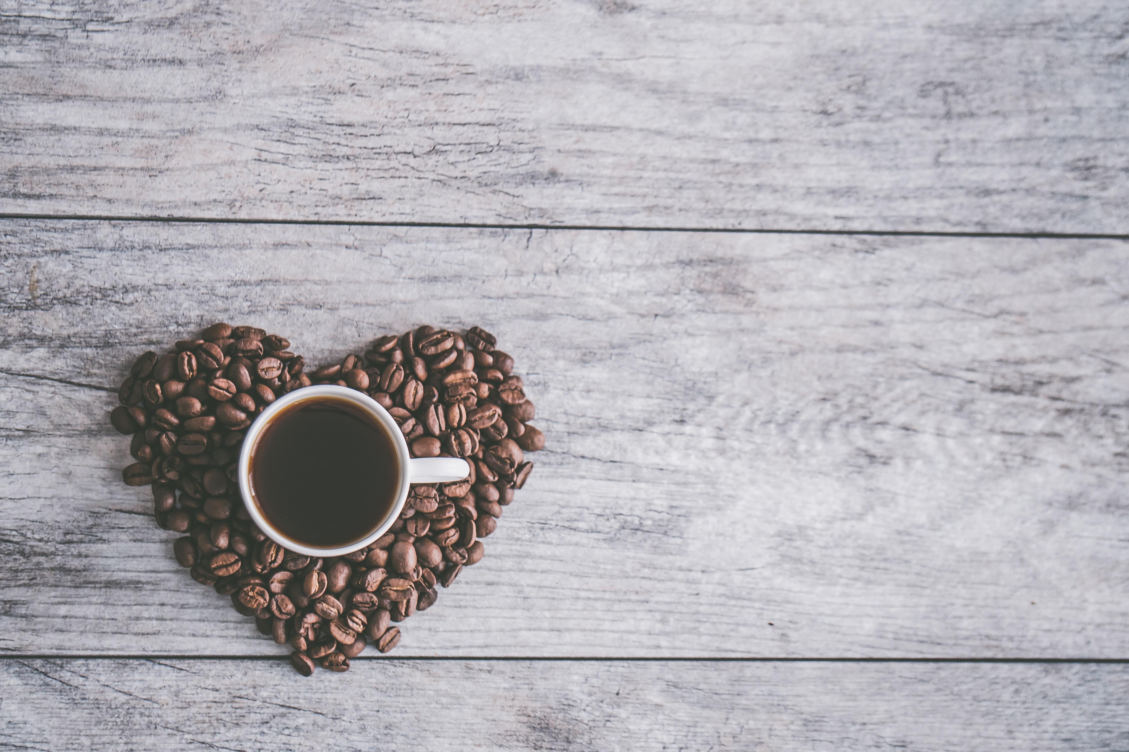Кафе<br /> <br /> Чаят не е единствената сутрешна напитка, която може да навреди на перлените ви зъби. Самото кафе има много ползи за здравето, като факта, че е богато на антиоксиданти, витамини и минерали, но също така то е силно кисело и заедно с добавянето на захар към напитката, както правят много хора, може да доведе до оцветяване. Важно е да пиете вода заедно с чашата си кафе, за да минимизирате щетите.
