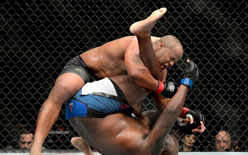 Невероятно! Историята на UFC е пренаписана във велик мач