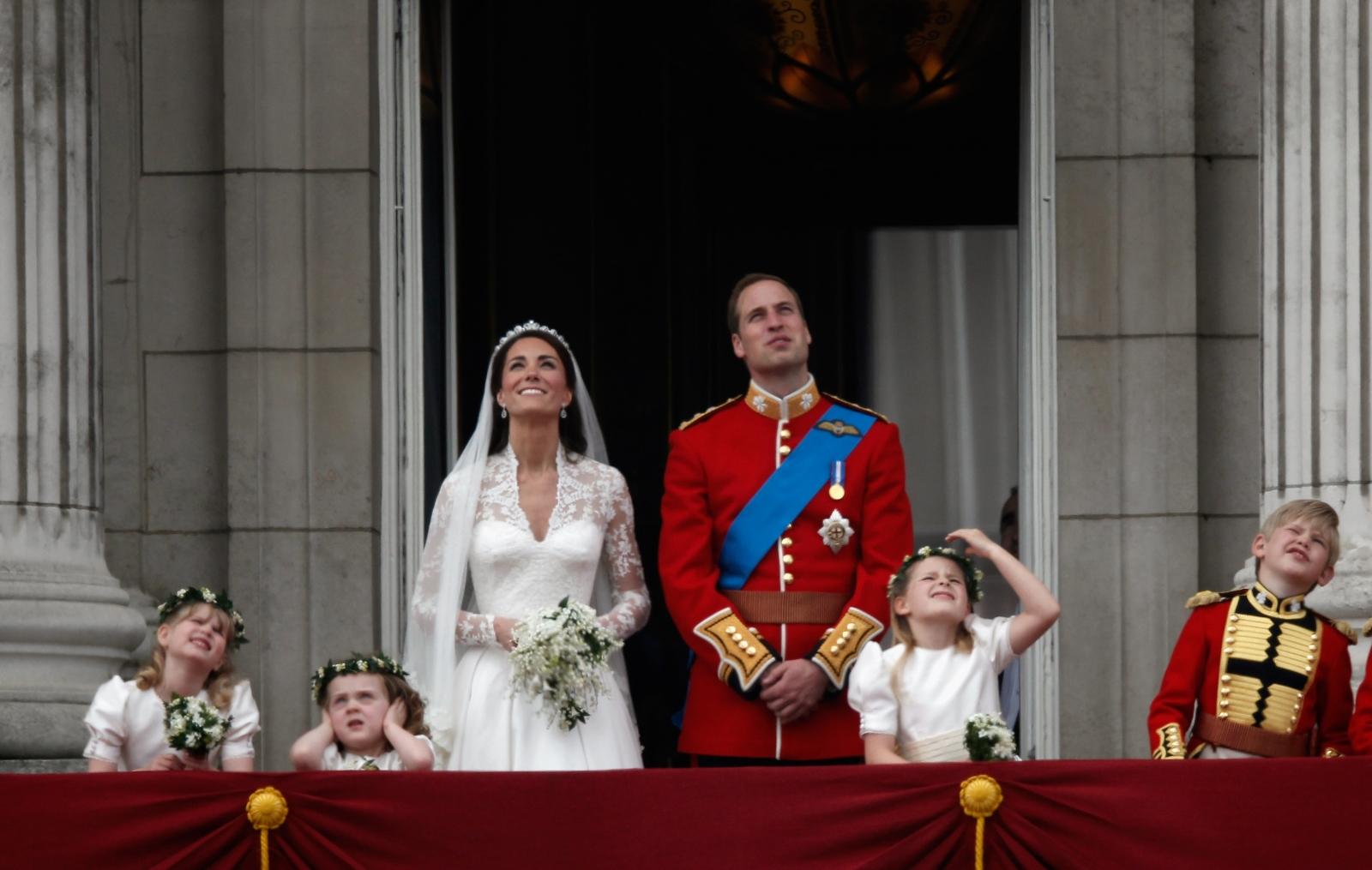 Сватбата на Кейт Мидълтън и принц Уилям е била предавана на живо в 188 страни, без да се брои колко са били хората, гледали на церемонията през Youtube. Предполага се, че зрителите на зрелището са били над милиард.