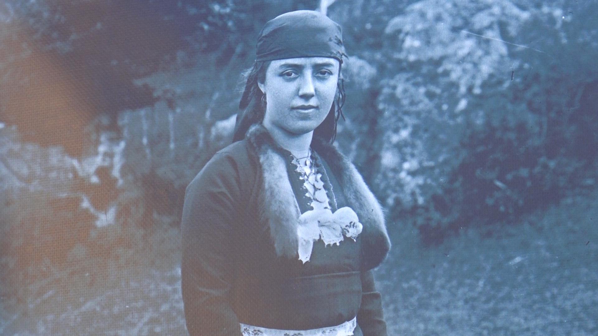 През 1922 година Крум Савов открива фотографско ателие в Чепеларе, но за разлика от колегите си от другите градове, не засяда в него постоянно. Понесъл камерата, купена от странство и статива, той непрекъснато обикаля родопските села и снима. Хората на неговите фотографии не са в обичайните вдървени пози със застинали физиономии, каквито са най- често спомените от оня период- Крум Савов прави репортажни снимки, разчупва дистанцията от обектива, портретите му са живи и искрени. Всяка негова снимка разказва история и тя може да се прочете в израженията, погледите, жестовете, позицията на ръцете.
