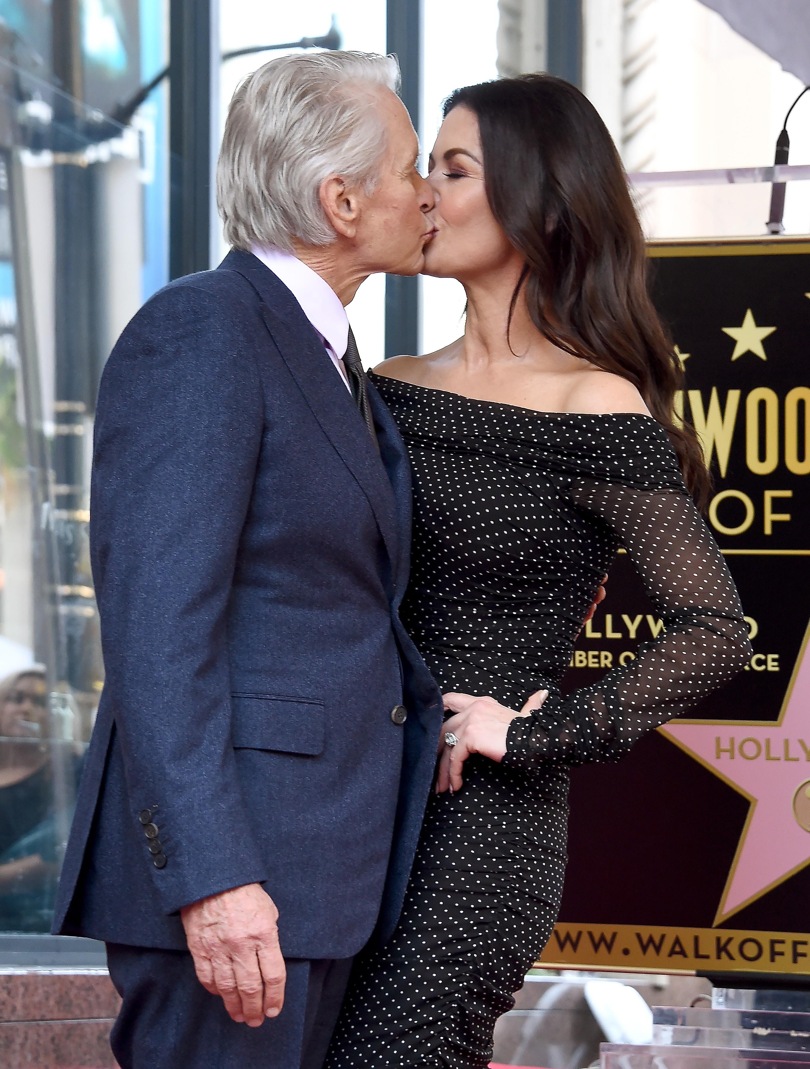Американският актьор Майкъл Дъглас беше удостоен със звезда на Алеята на славата в Холивуд, която ознаменува 50-годишното му присъствие в шоубизнеса.