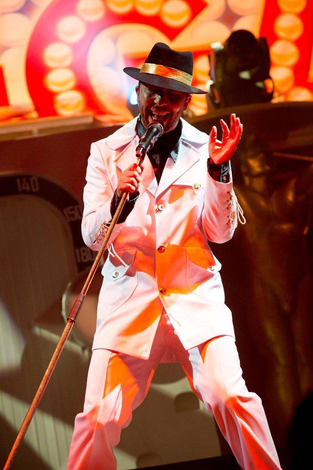 """Ексцентричният DJ Bobo навлиза постепенно на музикалната сцена в края на 80-те години и началото на 90-те, като големия си удар прави през ноември 1992 година със """"Somebody Dance with Me""""."""