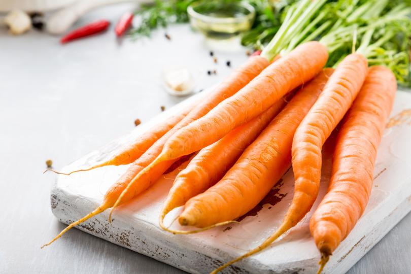 <p><strong>Морков</strong><br /> Както и другите зеленчуци и плодове с оранжев или червен цвят, морковът е крайно наситен с бетакаротин &ndash; натурален пигмент, който в процеса на храносмилането се превръща във витамин А. Този витамин на свой ред е мощно оръжие срещу свободните радикали, които всекидневно увреждат клетките на организма. За да не губи от живителната си сила, а така също да не се лишава от важни минерални вещества, които се борят със стреса и умората, морковът е добре да не се вари, а да се готви на пара, да се пече или да се употребява суров за салата.</p>