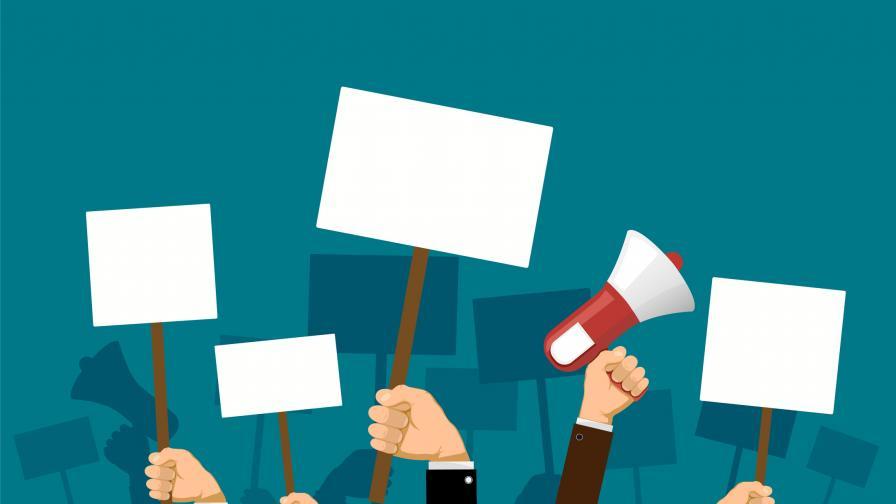 На Василица: Роми на протест пред МС, недоволство в Троян