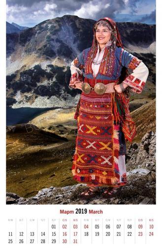Обредна моминска носия на лазарка от<br /> с. Пирин, Санданско (края на ХIХ в.)<br /> Модел: Гергана Шопска