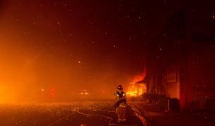 <p>Хиляди бягат от огнения адв Калифорния</p>