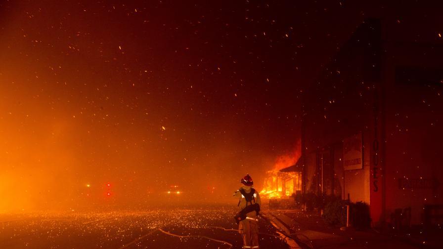 <p>Хиляди бягат от огнения ад&nbsp;в Калифорния&nbsp;</p>