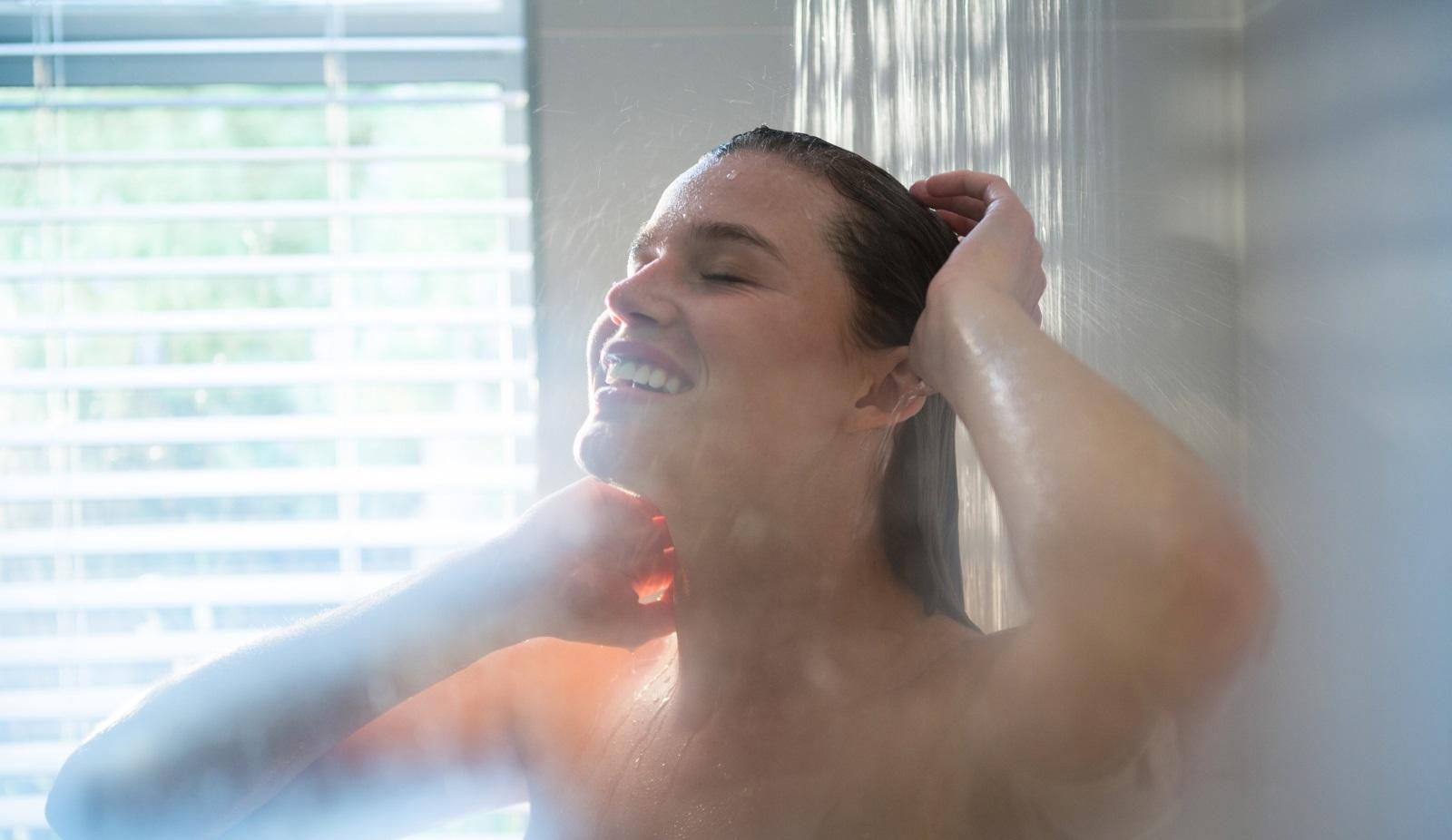 1. Къпем се с прекалено гореща вода - оптималната температура на водата за взимане на душ е около 35 градуса. Много горещата вода изсушава кожата.
