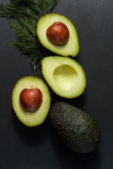 <p><strong>Онкологични заболявания</strong><br /> Авокадото насища организма с различни фитохимични съединения, които предотвратяват развитието на рак. Протеиновото съединение глутатион намалява риска от развитие на рак в устната кухина. Изследванията показват, че авокадото помага за предотвратяване на рак на гърдата и на простатата. Тези факти отново потвърждават, че е необходимо да добавите авокадо към диетата си.</p>
