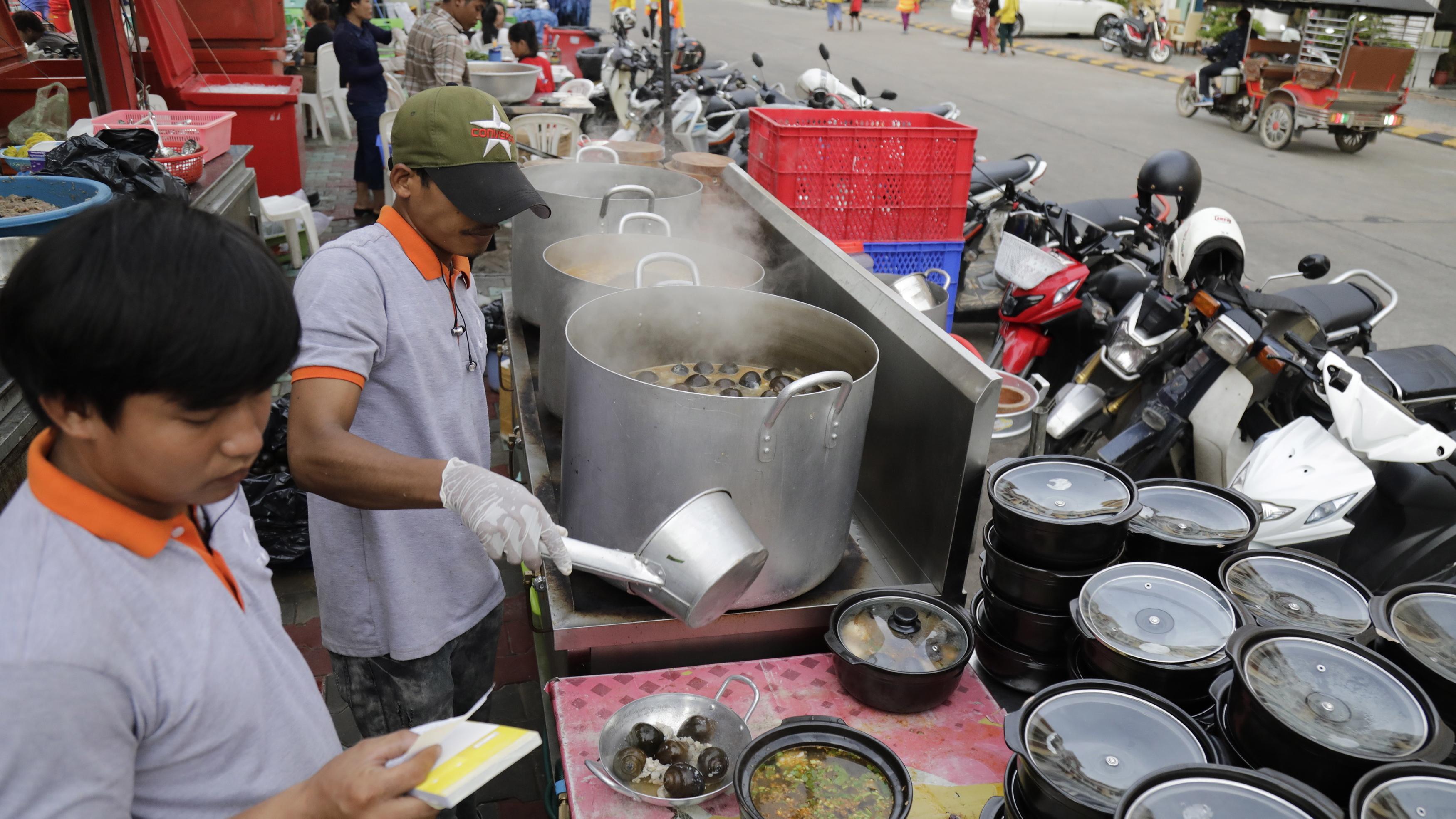 В Тайланд сред най-известните и обичани е Pad Thai, в Хонг Конг това са пържени къри топки от мляно месо от риба, купата с нудли е на най-висша почит във Виетнам, Masala Dosa`s, Pav Bhaji, Panipuris и сладката закуска Malai Kulfi са сред традиционните фаворити в Индия.