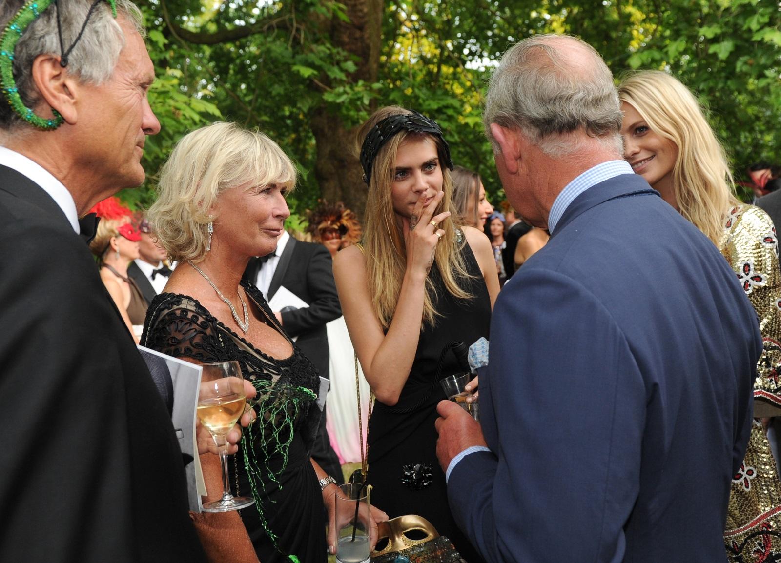 Кара Делевин и майка ѝ Пандора разговарят с принц Чарлз