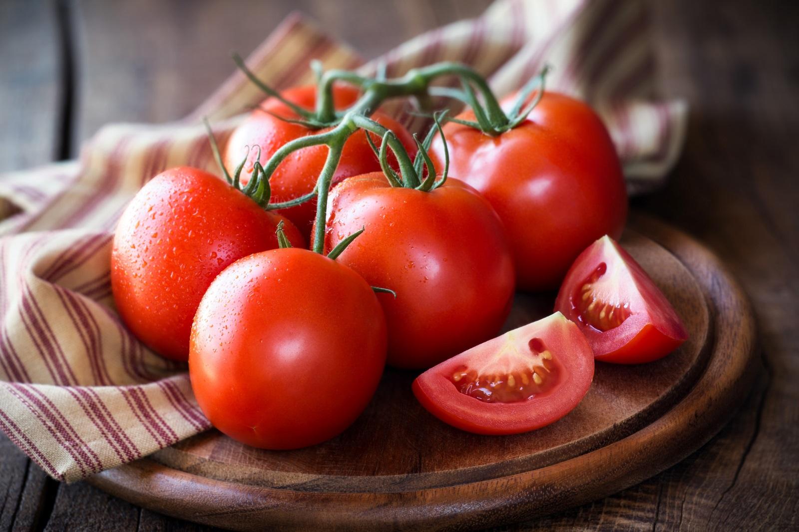 Доматите съдържат ликопен, който се бори с образуването и разпространението на ракови клетки и предпазва артериите от атеросклероза. Ликопенът се усвоява по-добре, когато доматите са сготвени, така че доматените сосове трябва да станат вашата нова стихия.