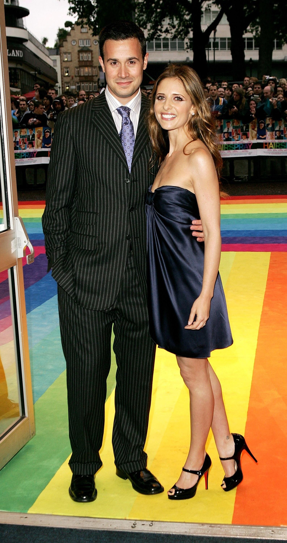 """Фреди Принц – младши и Сара Мишел Гелар<br /> <br /> Фреди и Сара се срещат, докато снимат тийнейджърския хорър """"Знам какво направи миналото лято"""" през 1997 г. Двойката вдига сватба през 2002 г. и оттогава са заедно."""