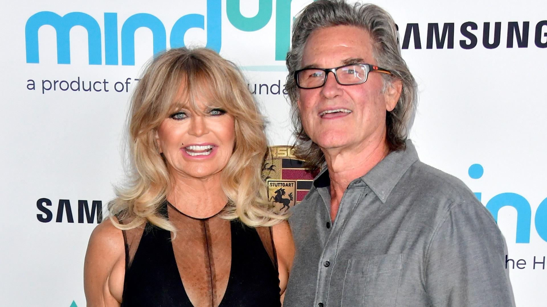"""Кърт Ръсел и Голди Хоун<br /> <br /> Двамата се срещат за първи път на снимачната площадка на филма """"The One and Only, Genuine, Original Family Band"""". Те обаче стават двойка чак 10 години по-късно, когато се срещат отново на снимките на филм – """"Двойна смяна""""."""