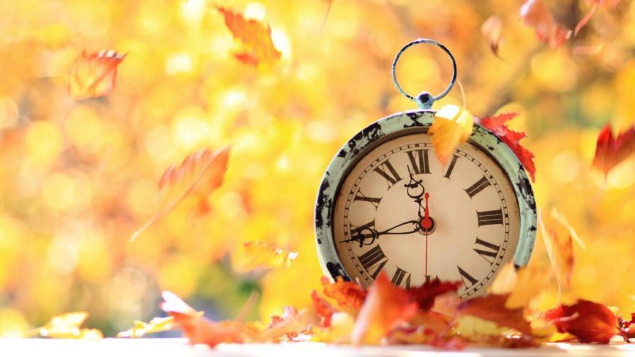 Защо трябва да върнем часовника назад<br /> <br /> Винете британците. Лятно часово време беше прието за първи път от британския парламент през 1916 г. след предложение през 1907 г. от строител на име Уилям Уилет. Уилет искал да промени часовниците с 20-минутни увеличения в течение на един месец през пролетта и есента. Когато Парламентът най-накрая решил да приеме времето за промяна, това е било като военно усилие да се поддържат дейностите на хората, съобразени с максималната дневна светлина, за да се спестят въглища. САЩ приели мярката от 1918 г. до 1919 г., след което отменят решението за промяна на времето на държавите. Това създава съвкупност от объркващи часови зони, докато Uniform Time Act от 1966 г. създаде по-последователни правила.