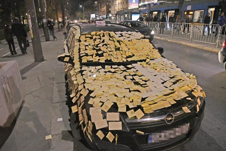 Шофьори налепиха с мемори стикери автомобил, паркиран на стоянката за таксита до пилоните на НДК в София