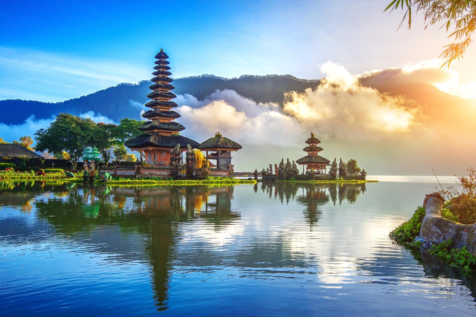Бали, Индонезия. Дестинацията става все по-популпрна сред българските туристи. Климатът там в момента? През нощта температурите падат до 24 градуса, а през деня са около 30.