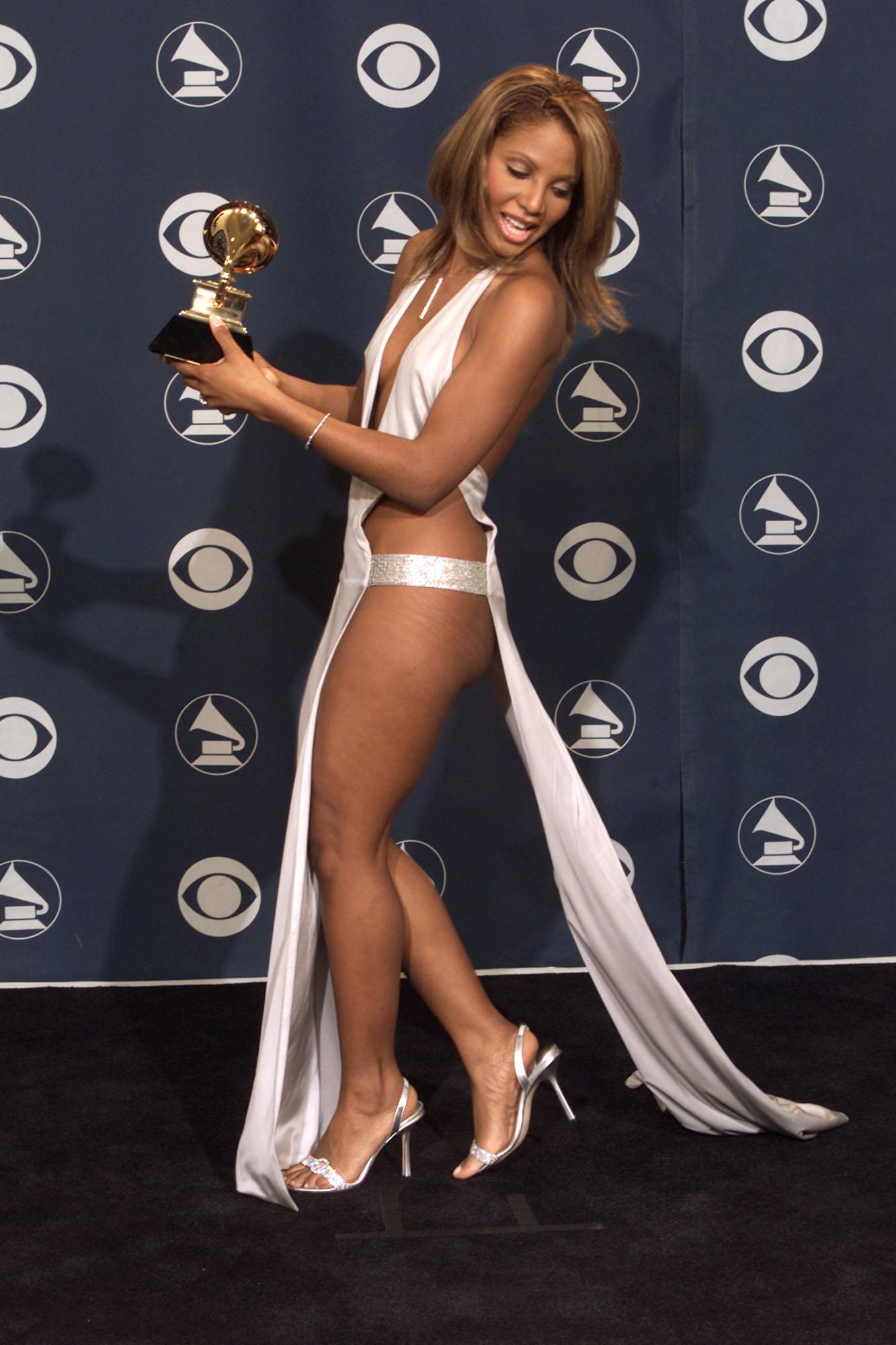 """Тони Бракстън (2001 г.) - роклята ѝ от наградите """"Грами"""" не оставя много на въображението. Тогава актьорът Джими Смитс сподели, че е останал озадачен, когато видял певицата. А Бракстън заяви """"Трябва да правите такива неща, докато сте млади""""."""