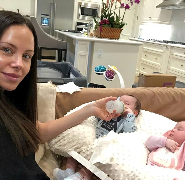 """""""Мис България 2002"""" Теди Бургазлиева стана майка на близнаци. От няколко години българката живее със съпруга си Симеон Иванов в Ел Ей."""