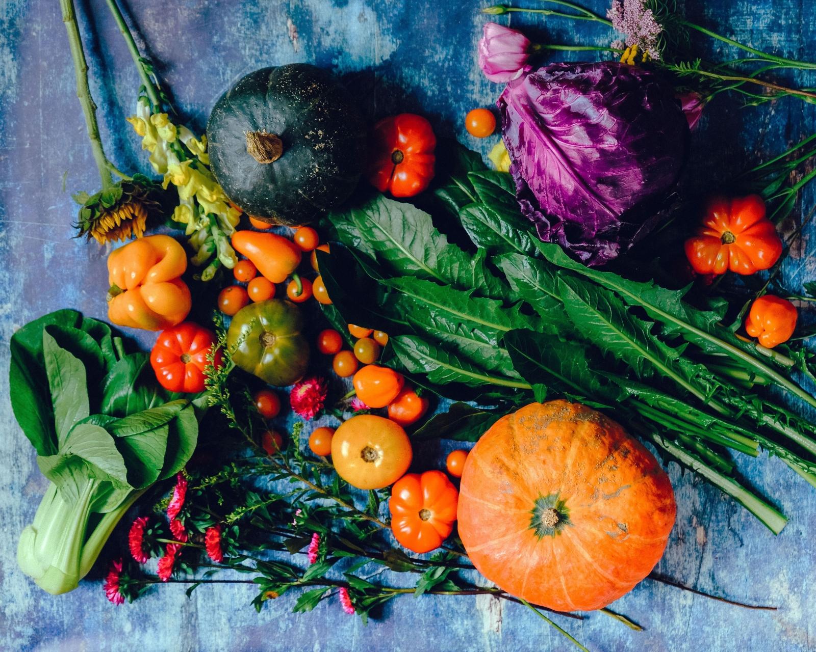 Наблягайте на сезонните продукти Похапването на сурови плодове и зеленчуци може да освежи менюто ви, но може да ви причини и дискомфорт заради пестицидите и останалите вредни вещества, които ще откриете в повечето несезонни плодове, предлагащи се на пазара през есенно-зимния период. Така че заложете най-вече на цвеклото, ряпата, ябълките, дюлите, киселото зеле, туршиите, сушените плодове.