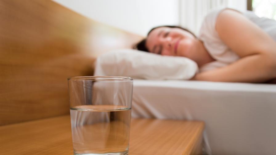 <p>Една чаша вода преди сън ни кара да...</p>