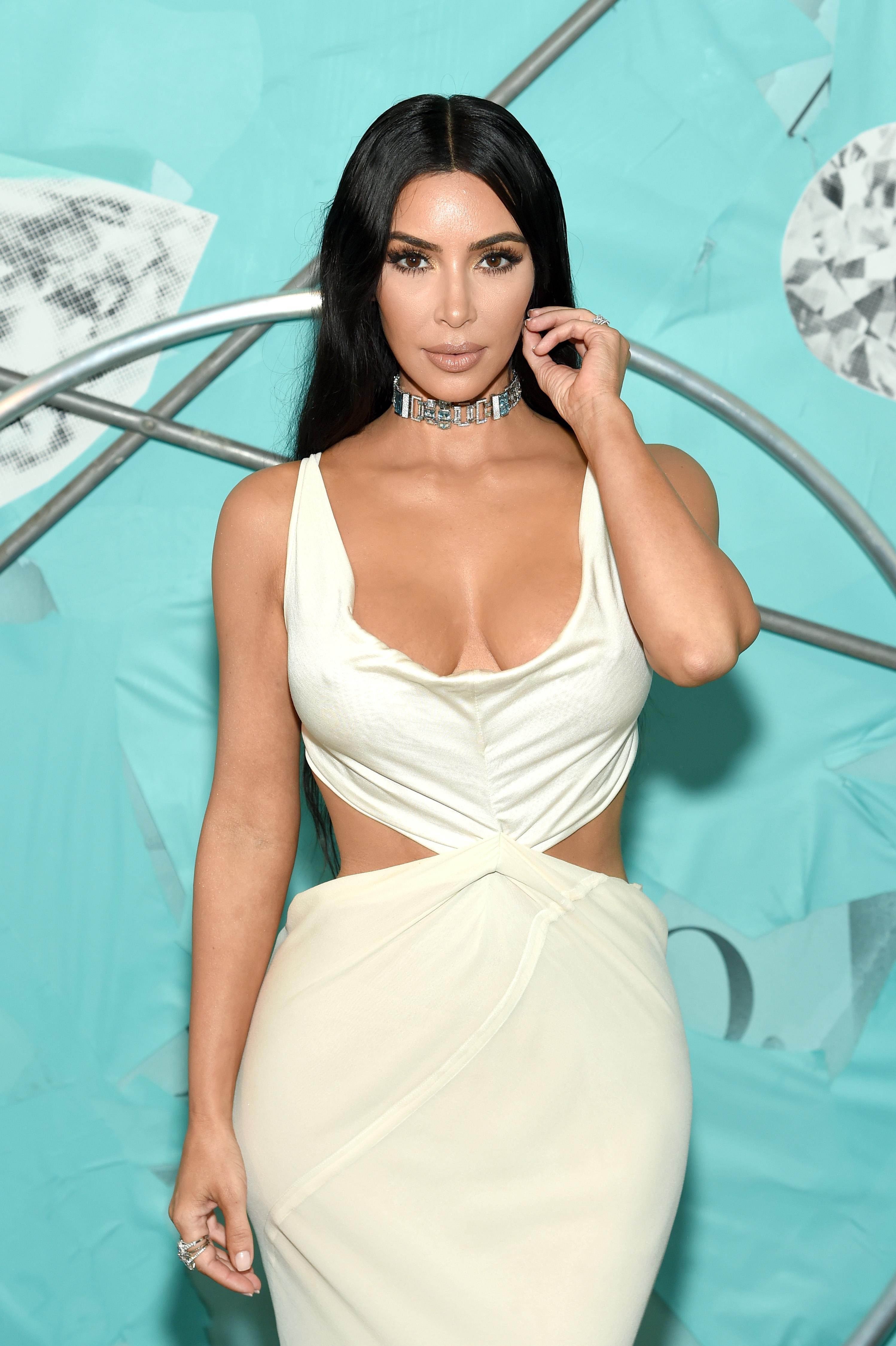 2. Ким Кардашиян<br /> Никой не може да отрече влиянието на риалити звездата в модата. Със своите милиони последователи в социалните мрежи, всяко нещо, което Кардашиян сложи, мигновено се превръща в тренд.