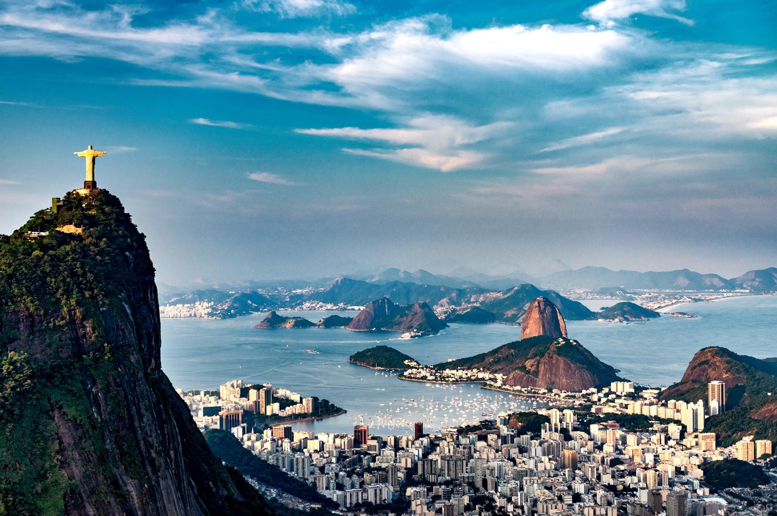 В Бразилия празникът носи името Dia de Ação de Graças, което в превод си е Ден на благодарността и дори се чества на същата дата като американския празник. Празникът е вдъхновен от американския и има религиозни елементи. Денят започва с църковна служба и продължава с фестивал до вечерта, а на празничната трапеза присъстват традиционните и за САЩ храни.<br />