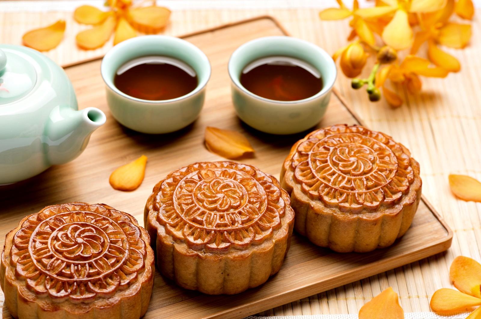 """Китайците също имат своя Ден на благодарността. Той се нарича Празник на средната есен или Фестивал на жътвата и се пада на 15-я ден от осмия лунен цикъл за годината.<br /> На този ден китайското семейство се събира за тридневно пиршество, включващо специален кекс, по-известен като """"лунен кейк"""". Цялото семейство наблюдава пълнолунието на празника, пее песни и рецитира поезия за него. Във Виетнам също имат подобен празник."""