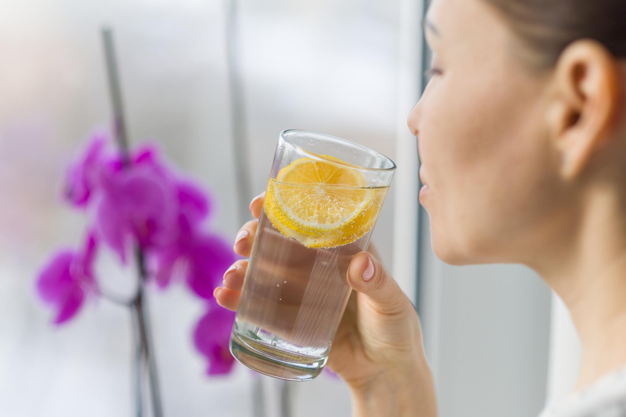 """Мозъкът работи по-добре: Около 75-85% от човешкия мозък е вода. Пиейки само вода всеки ден, ние не само даваме """"гориво"""" на мозъка, но и подобряваме концентрацията си."""