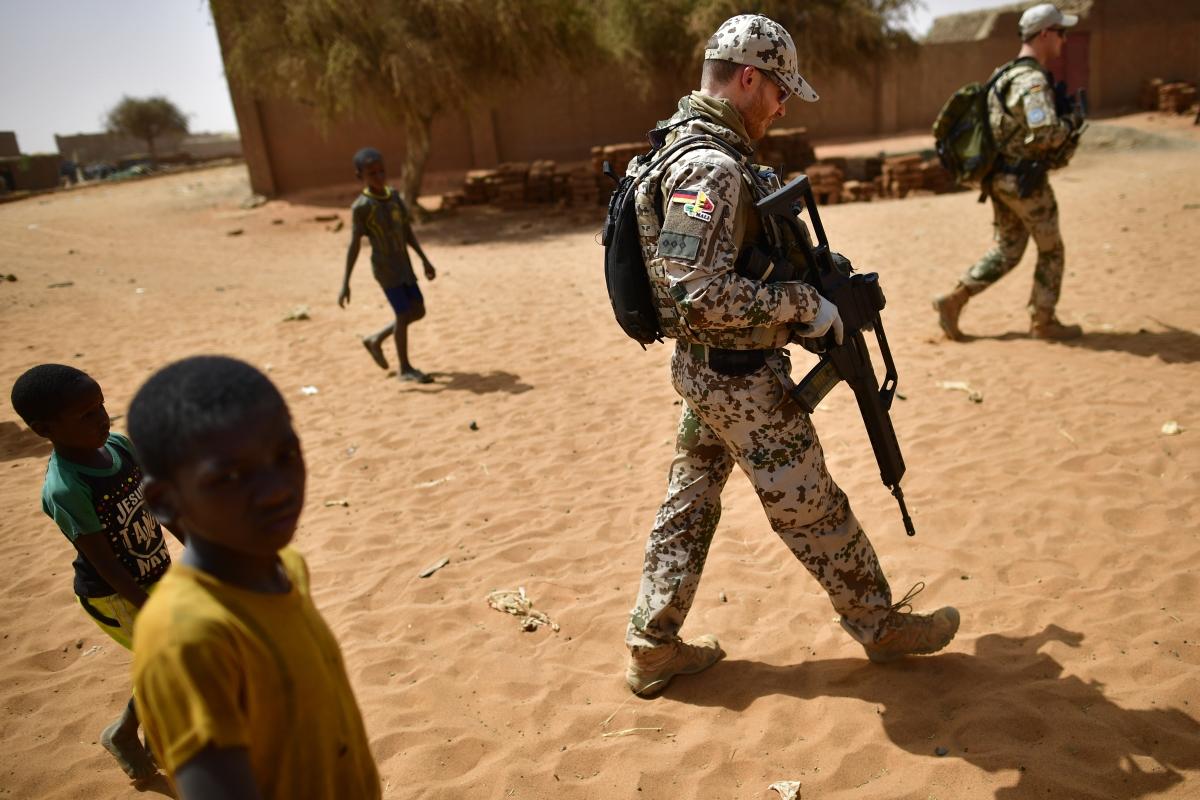 Мали. Страната е във война между правителството и туарегите - локална етическа общност, която иска независимост. В конфликта са намесени и ислямистки фракции, които искат да установят шериат в страната.
