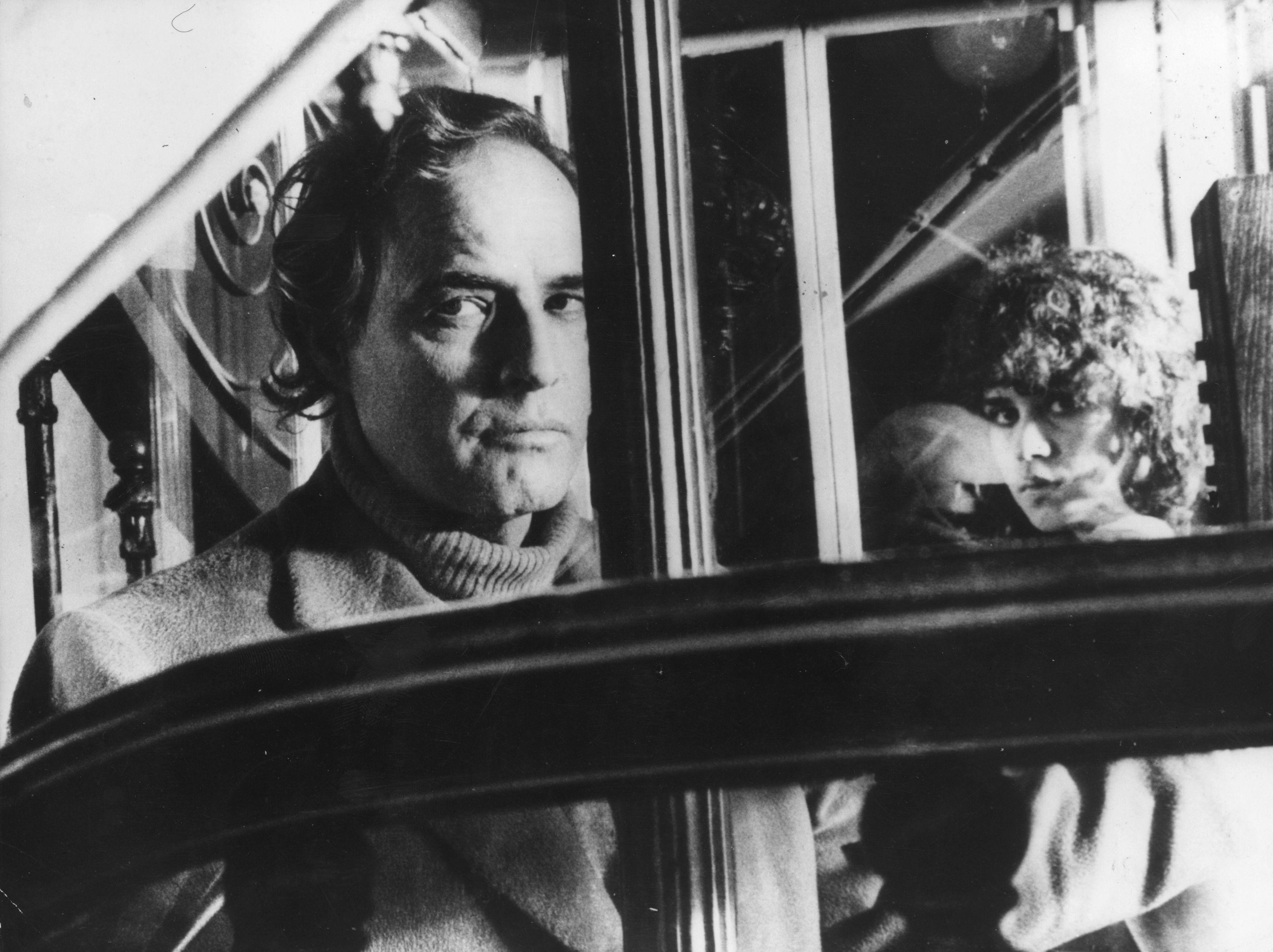 Бертолучи осъзнато оставя някои неща неразкрити, за да няма възможност зрителят да разбере филма изцяло.