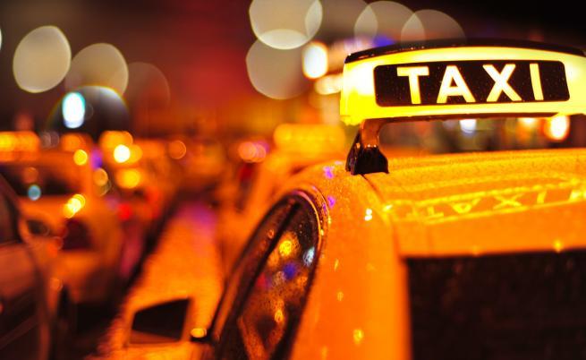 Таксиджиите на протест, искат да карат в бус лентите