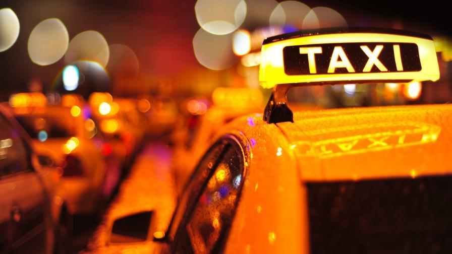 <p>Таксиджиите на протест, искат да карат в бус лентите</p>