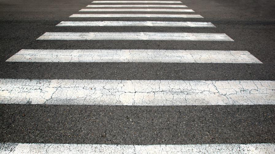 """Задържан е шофьорът, блъснал майка с дете на """"зебра"""" във Варна"""