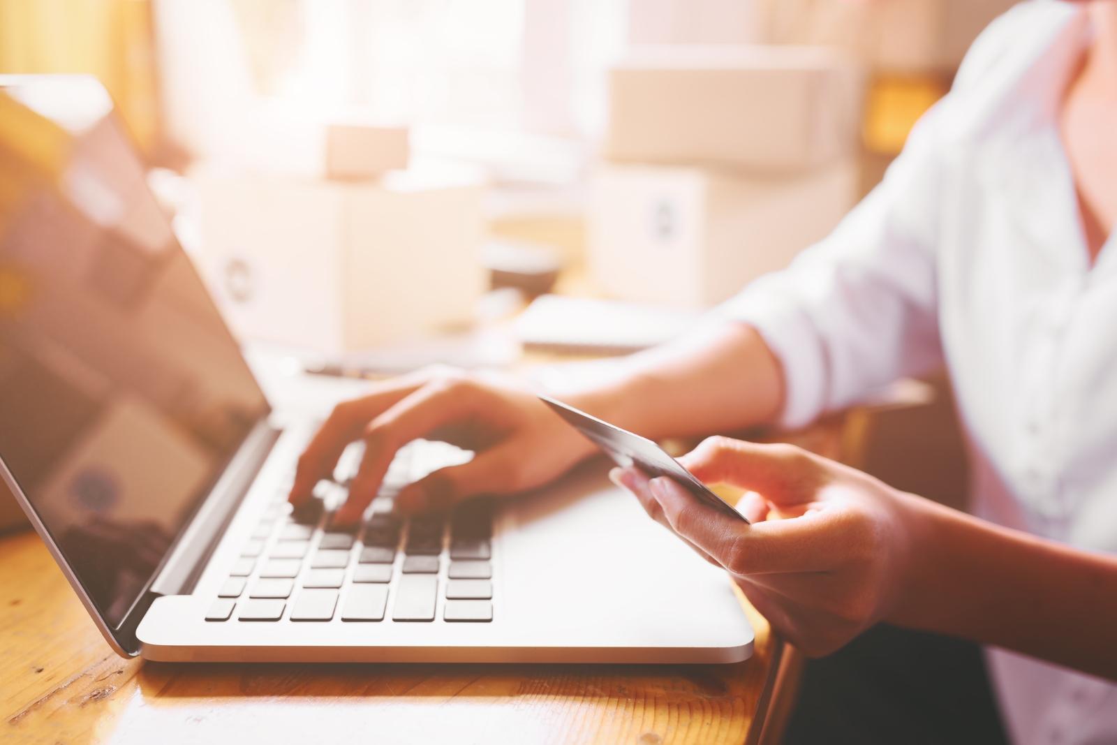 Можете да смените дебитната/кредитната си карта. Ако партньорът е свикнал да плаща с вашата, ако имате общ акаунт в сайтове за плащане... Добре е да няма достъп до финансите ви.