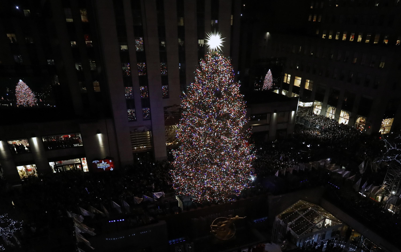 """Светлините на голям норвежки смърч, инсталиран пред центъра """"Рокфелер"""" в Ню Йорк, бяха запалени по традиция преди Коледа."""