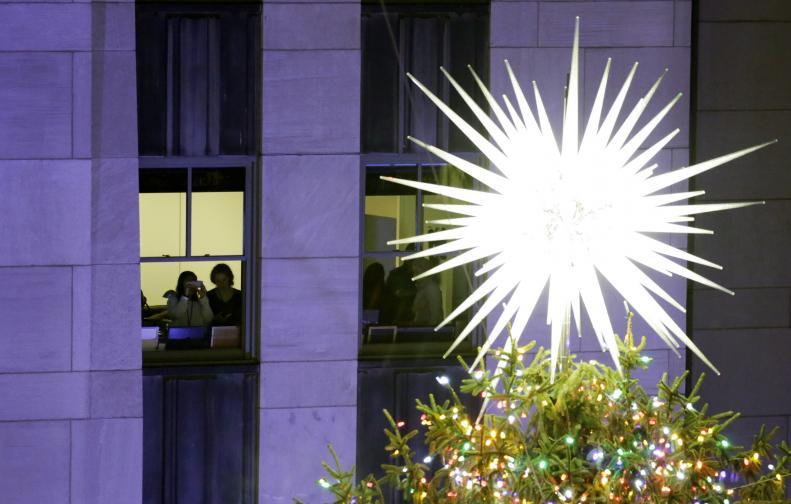 Светлините на голям норвежки смърч, инсталиран пред центъра
