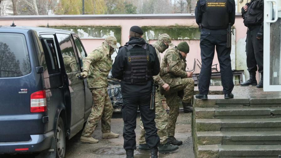 Украинските моряци влизат в съда в Крим