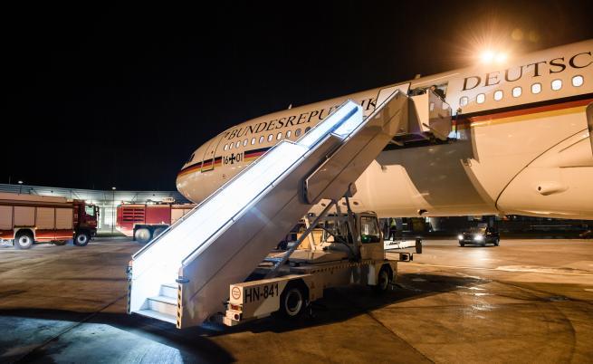 Самолетът на Меркел кацна извънредно, подозират