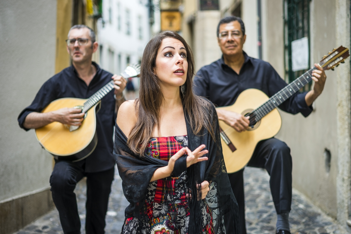 Да слушате фадо в Лисбон. Да кажем, че Лисабон е една от перлите на Европа е малко, а фадото е португалската музика, в която невъзможно да не се влюбиш.