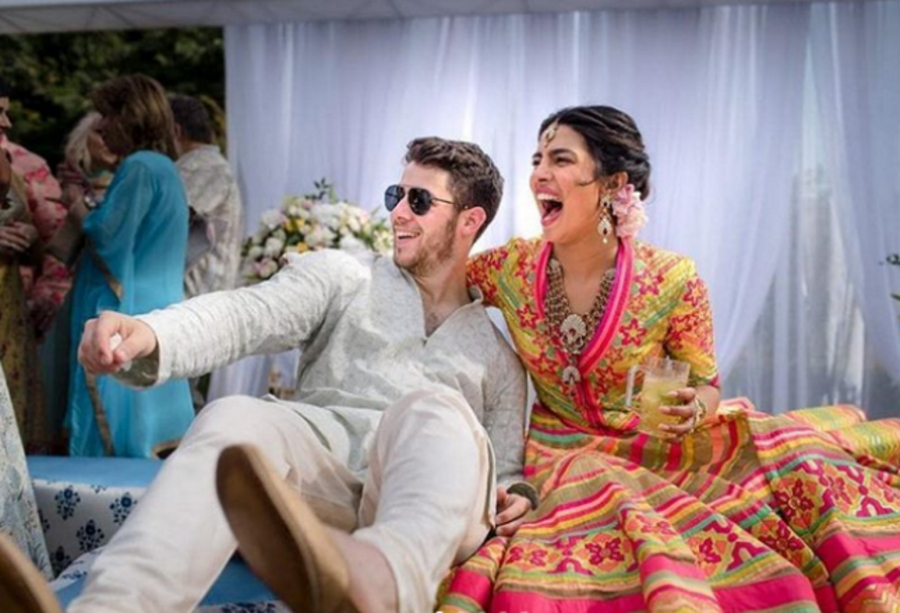 Актрисата Приянка Чопра и певецът Ник Джонас размениха обети на хиндуистка церемония, която е кулминацията на тридневната им сватба в индийски замък. Тя включваше още мач по крикет, боливудски песни, танци и фойерверки, предаде Ройтерс. Звездите празнуват сватбата си в пищния индийски дворец Умаид Бхаван в Джодпур. Те споделиха снимки от ритуала мехенди, на който ръцете на булката се украсяват с къна.