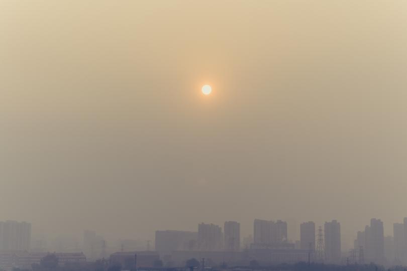 """<p>Следете нивата на замърсяване. Особено мръсно е в мъглив ден, когато отровните газове от ауспусите и комините просто остават около нас, вместо да отлитат по-нагоре в атмосферата.</p>  <p><a href=""""https://airbg.info/map/"""" target=""""_blank"""">Можете да следите в реално време замърсяването на въздуха тук &gt;&gt;&gt;</a></p>  <p>Ако над вашия град е лилаво, въздухът е много мръсен.&nbsp;</p>"""