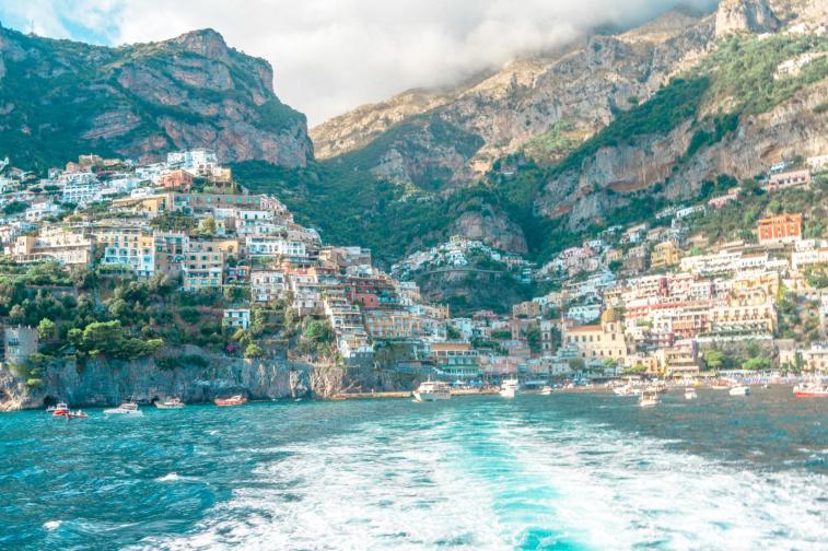 Позитано е перлата в короната. Красиви и цветни къщи, малки улички, магазини и заведения на всяка крачка. Керамика, която блести отвсякъде. Красота, красота, красота... и мирис на лимони, който се разлива навсякъде. Крайбрежието на Амалфи в Италия определено е едно от ...